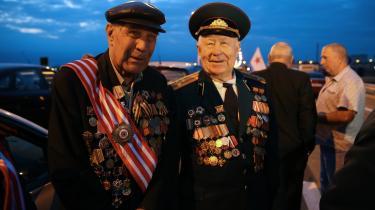 Russiske veteraner fra 'Den store Fædrelandskrig' – Anden Verdenskrig – på den nye bro, der forbinder Krim med Rusland. For mange russere er den nye bro en stor patriotisk begivenhed, mens den for mange i Vesten står som en krænkelse af Ukraine.