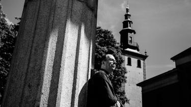 Kjærstad gennemlyser i sin nye roman den proces, hans norske landsmænd gennemgår efter Utøya, fra uskyldstabet over hele følelsesregistret af bestyrtelse, raseri, hævntørst og had til fascination, nyfigenhed og 'sorgporno'