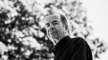 Jan Kjærstad har brudt et tabu og skrevet en stor roman om massakren på Utøya og bombesprængningen i det norske regeringskvarter i 2011, men med en parallelforskydning af virkelighedens omstændigheder og personer