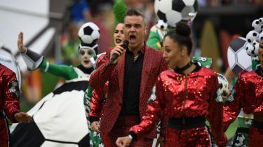 Mens det britiske kongehus og den britiske regering har valgt at blive hjemme fra VMi Rusland, sang Storbritanniens popstjerneRobbie Williams mesterskaberne i gang.