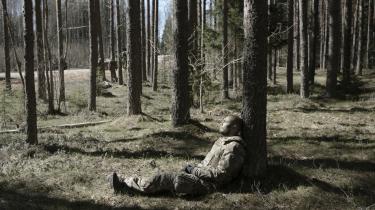 Flere benytter de lange pauser, hvor de venter på ordrer, til at få sig en lur. Soldaterne har været oppe siden klokken tre i nat for at gøre sig klar til fremrykningen.