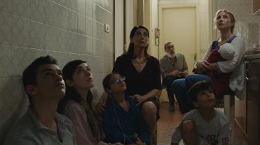 En familie – og bekendte – gemmer sig for krigen i en lejlighed i Damaskus rundt omkring matriarken Oum Yazan i filmen 'I Syrien'.