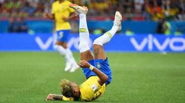 I Brasiliens første VM-kamp mod Schweiz blev der begået flere forseelser mod ham af modstanderholdet, end der er gjort mod en spiller i en VM-kamp i 20 år.