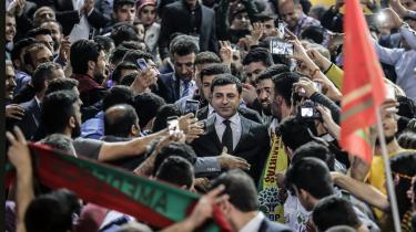Det kurdiske parti HDP's faktiske politiske leder og præsidentkandidat, Selahattin Demirtas, har efter sin varetægtsfængsling siden november 2016 været nødt til at træde tilbage som partiformand og parlamentarisk leder. Han er sigtet for »opfordring til terror og vandalisme« ved i taler at have støttet de kurdiske protester i oktober 2014, da regeringen afviste at tillade PKK.