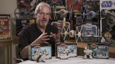 Da den første Star Wars-film havde premiere i 1977, havde legetøjet ikke nået butikkernes hylder endnu, og ingen havde regnet med, hvor stor en succes både film og legetøj ville blive. Om dét og meget andet handler dokumentarfilmserien 'Legetøjet vi er rundet af'.