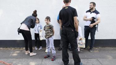 Der bor omkring 33.000 stemmeberettigede tyrkere i Danmark. Foran den tyrkiske ambassade på Østerbro i København småsludrer de tyrkere, der har været inde og stemme. Børnene har fået poser med balloner og krus.