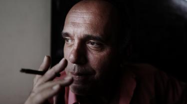 50-årge Dimitris Nomikonolis har tidligere arbejdet som skiltemager, men måtte i 2012 lukke forretningen. »Efter jeg blev arbejdsløs, kunne jeg ikke betale regningerne derhjemme. Så forsyningsselskaberne lukkede for vandet og elektriciteten i min lejlighed,« siger han.