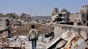 En dreng i Aleppos ruiner: Der er samlet masser af dokumentation ind for overgreb i Syrien, men der er ingen politisk vilje til at gennemtvinge et retsopgør i den syriske borgerkrig. Det var en af årsagerne til, at Carla Del Ponte valgte at sige sit job op