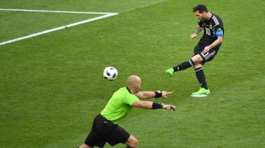Argentinas første VM-kamp mod upåagtede Island tydeliggjorde kvalerne for et landshold, der er dødafhængige af, at Lionel Messi toppræsterer – i hver kamp. Slutrunden i Rusland kan meget vel være Messis sidste chance for at sikre sig en plads ved siden af Maradona i argentinernes fodboldbevidsthed