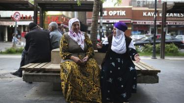 Oppositionen frygter, at Erdogan vil forsøge at skabe utryghed i de kurdiske områder forud for valget søndag. Det kan få kurdere til at afholde sig fra at møde op ved valgstederne for at stemme. Her ældre kvinder i byen Diyarbakir i det sydøstlige Tyrkiet.