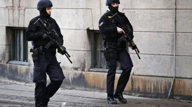 Den almene politimand i dag skal være i stand til at bære rundt på tungere udstyr. Men trods ønsket om øget robusthed og operativ parathed i beredskabet har politiet ikke hævet de fysiske krav til landets politibetjente – tværtimod. Her betjente i sorte kampuniformer ved byretten i København under sagen mod to unge mænd, der var mistænkt for at have hjulpet Omar el-Hussein, da han dræbte to og sårede fem personer ved Krudttønden og ved den jødiske synagoge.