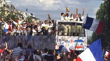 Mere end halvanden million euforiske franskmænd samledes i juni 1998 på Champs-Élysées for at fejre nationens VM-helte efter at Frankrig havde slået mytiske Brasilien 3-0 i VM-finalen på hjemmebanen Stade de France.