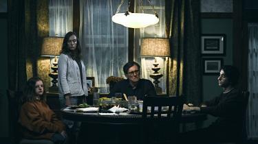 En familie – Charlie, Annie, Steve og Peter – sættes under pres af sorg og uforklarlige hændelser i Ari Asters effektive gyserfilm, 'Hereditary'.