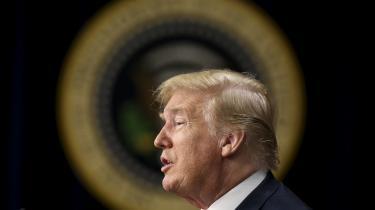 »Trumps verserende hetz mod flygtninge og immigranter minder i slående grad om valgkampen i 2016. I USA er det med andre ord valgsæson igen. Hvis han skal undgå et katastrofevalg til kongressen i november, gælder det om at opgejle kernevælgernes frygt for de fremmede med forhånelser og marginalisering.« skriver Martin Burcharth.