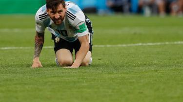 Ganske vist så Messi ud til at vågne op i den afgørende gruppekamp mod Nigeria, hvor det lykkedes et hypernervøst argentinsk mandskab at snige sig videre fra den indledende pulje i sidste øjeblik, men det fritager ikke den neutrale observatør fra den tanke, at de sydamerikanske giganters fokus på deres superstjerner tenderer selvskadende adfærd og svækker dem over for de mere kollektivt orienterede europæere.