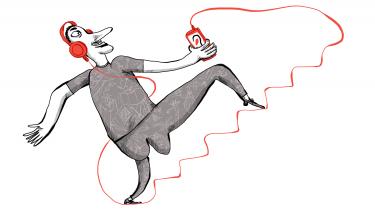 Hvilket podcastinput får avisens journalister til det output, de spytter ud? På vores lille dagblad lyttes der til udenlandske politiske aktualitetsprogrammer, familiefortællinger og norsk true crime. Noget giver inspiration til det journalistiske arbejde, mens andet giver en pause fra netop det. Kulturens udsendte tog en runde på avisen og lod Informations journalistkorps anbefale favoritter og sende deres læsere på ferie med ørerne fulde af guld