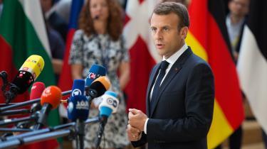 »Macrons idé om et separat budget for eurozonen, som Merkel efter lang tids tøven for nylig blåstemplede i markant mindre målestok, er kort og godt udeladt i konklusionerne fra mødet. Både for den fransk-tyske duo og for den svækkede Merkel er det unægtelig et nederlag, som ikke mindst skyldes de nordeuropæiske protester, der udpensler splittelsen.« skriverMathias Sonne.