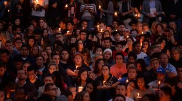 Studerende fra University of California Santa Barbara er samlet for at mindes ofrene for den 22-årige Elliot Rodger, der dræbte seks og sårede 14 nær universitetets campus fredag den 22. maj 2014. Rodgers blev den første af en række drabsmænd med forbindelse til den amerikanske højreekstremistiske bevægelse alt-right og blev en vigtig inspirationskilde for bevægelsen.
