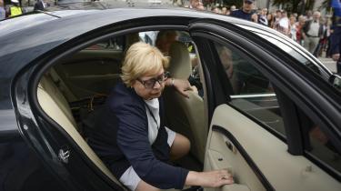 Tirsdag blev Malgorzata Gersdorf, som er leder af Højesteret og udpeget indtil 2020, tvangspensioneret. Dette er en følge af den lov, der er trådt i kraft, som sænker pensionsalderen for dommere fra 70 til 65 år, og gør det muligt for regeringen at afskedige dommere, som den ikke bryder sig om, og erstatte dem med sine egne kandidater.