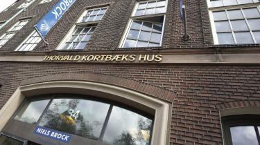 En vigtig del af Niels Brocks økonomi genereres af handelsskolens internationale videregående uddannelser, hvor halvdelen af de studerende er nepalesere rekrutteret via agenter i Nepal. De studerende stilles en ambitiøs uddannelse i udsigt, men en af de uddannelser, de rekrutteres til, får kritik af Danmarks Evalueringsinstitut og af de studerende selv
