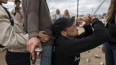 Snapshots fra årets Roskilde Festival. Unge, der drikker øl af en ølbong.