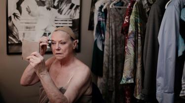 Lisbeth Dahl gør sig klar til sit Lars Løkke-nummer i pausen. Hun er både skuespiller og instruktør på Cirkusrevyen, som er Danmarks suverænt største revy.