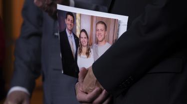 Talsmanden for Repræsentanternes Hus, Paul Ryan, holder et billede af sig selv sammen med en tidligere misbruger.