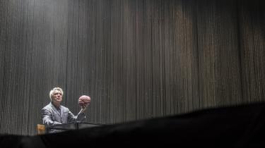 Alt hvad vi så var dansende atomer, da den tidligere frontfigur i Talking Heads, David Byrne, tog os med storm. Igen omtænkte han koncertformen, denne gang i et stramt tænkt, koreograferet, skuespillet og musikalsk forrygende show. Og alle overgav og hengav sig til dansen