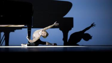 Den lynhurtige spanske solist Aleix Martinez slynger sig rundt om flygelbenet i Neumeiers Beethoven-Projektsom i den hedeste elskov hos Hamborg Balletten.