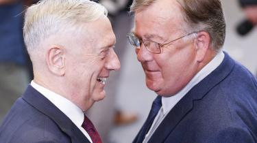 Claus Hjort Frederiksen (til højre) taler med USA's forsvarsminister, James Mattis, kort føret møde mellem NATO-landenes forsvarsministre i Bruxelles 7. juni.