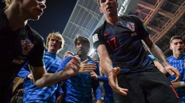 Da Mario Mandžukić scorede det afgørende mål til 2-1 mod England i semifinalen, endte en kameramand i midten af glæden. Med kroatere liggende på maven og benene af ham fik han sit livs billeder.