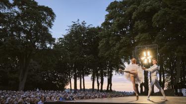 Tyskeren Marian Walter rækker stolt armen ud til sin ukrainske ballerinahustru Iana Salenko i deres overlegne fortolkning af de svære trin i pas de deux'en fra Nøddeknækkeren hos Verdensballetten på Sølyst.