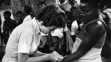 Mary Jean Grubber, en frivillig fra amerikanske Peace Corps, tester en borger for tuberkulose i Malawi i midten af 1960'erne.