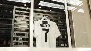 Cristiano Ronaldos nye Juventus-uniform er sat til salg – og den er populær. Det vækker dog harme blandt arbejderne påFiat-fabrikken i Melfi, at klubben har brugt hele 112 millioner euro på købet, mens de oplever fyringer og nedskæringer