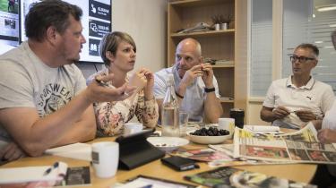 Torsdagsmødet er et af Ugeavisen Guldborgsunds vigtigste møder. Her finder redaktørManfred Sørensen (i midten) ud af, hvor mange annoncer der er blevet solgt, og derfor også hvor meget journalistik der skal laves – hullerne omkring annoncerne skal nemlig fyldes ud af små omtaler af begivenheder og lokale historier.