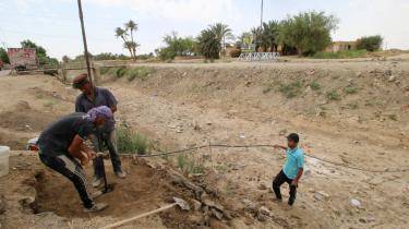 Irakere borer efter vand i Samawa i Irak. Når irakernei den sydlige del af landet i øjeblikket drejer på vandhanen, kommer der enten en grumset væske ud af hanerne, eller ingenting.
