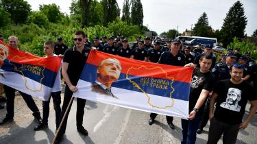Vojislav Šešelj opfordrede den6. maj 1992 til etnisk udrensning af kroater i den serbiske landsby Hrtkovci. Efter endt afsoning af sin krigsforbryderdom vendte han i maj tilbage til byen for at holde endnu en tale. Politiet spærredealle veje til Hrtkovci.»Forbryderen vender tilbage til gerningsstedet!« hed det i kroatiske medier.To uger efter købte han hus i byen.