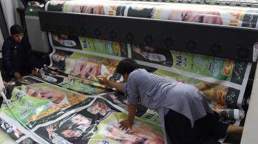 Pakistanske arbejdere trykker plakater for partiet PML-N.