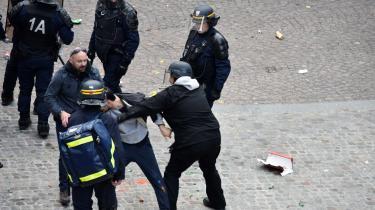 Dette billede blev taget den 1. maj 2018 og viser sikkerhedschef Alexandre Benalla (i midten), der iført politihjelm trækker afsted med en demonstrant. Selv om den franske indenrigsminister allerede dagen efter blev gjort opmærksom på sagen, fik den ingen andre konsekvenser for Benalla end 15 dages 'tænkepause' uden løn.