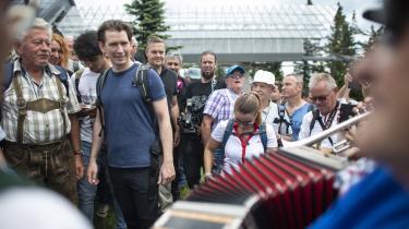 Sebastian Kurz med en gruppe af sine vælgerepå vandretur påSchöckl-bjerget.