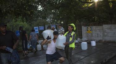 Tilbage i februar hjalp to mænd hinanden med at fragte vand fra en af de naturlige kilder i Cape Town., mens tørken var voldsom.