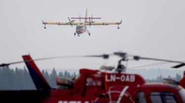 Et fransk vandbombefly, der er blevet sat ind mod de svenskeskovbrænde,ankommer til en flyveplads i Sveg.