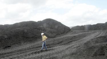 En arbejder inspicerer en columbiansk kulmine i Cerrejon.