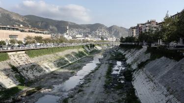 Engang var Orontes-floden årsag til velstand. I dag er den stort set tørlagt. Kun små vandpytter er synlige, og det meste af dagen sender Orontes en fæl stank i vejret. Så når indbyggerne i eksempelvis den tyrkiske by Antioch går langs floden, holder de sig for næsen.