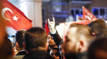 De Grå Ulve er en bevægelse, som er kendt for at stå bag hundredvis af drab på politiske modstandere i Tyrkiet og i Europa og forbindes med et attentatforsøg mod paven i 1981. Derfor vækker det bekymring hos danske politikere, når formænd for dansk-tyrkiske kulturforeninger udtrykker sympati med bevægelsen, hvis håndtegn syboliserer et ulvehoved.