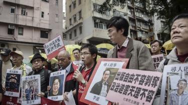 Demonstranter i Hongkong holder skilte op med billeder af forsvundne personer, blandt andre Gui Minhai (i midten). Den kinesiskfødte, svenske statsborger Gui Minhai blev kidnappet fra sin ferielejlighed i Thailand i 2015. Efter at manikke havde hørt fra ham i tre måneder, dukkede han pludselig op på kinesisk stats-tv og viste sig at være i det kinesiske politis varetægt.