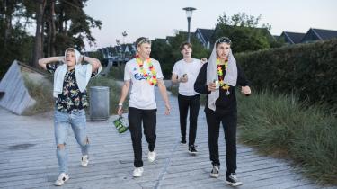Mikkel Nielsen (t.v.), Tobias (anden t.v.), Bertil FIsker (bagerst) og Andreas Bendixen (t.h.) slutter nattens festligheder af med nøgenbadning og lunkne Harboe-øl. De bor i Andreas Bendixens forældres sommerhus og er på sommerferie sammen i Marielyst for første gang.