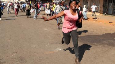 Urolighederne I Zimbabwes hovedstad Harare udbrød kort efter, at mandagens valg fik et foreløbigt blåt stempel af udlandets observatører.