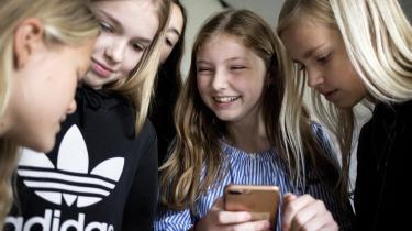 I næste måned indfører Frankrig et nationalt forbud mod mobiltelefoner i skolen. Det har sat gang i debatten herhjemme om, hvorvidt elever skal have adgang til deres mobiler i skoletiden, og om det påvirker deres koncentration.
