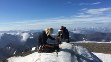 Gunhild Ninis Rosqvist, geologiprofessor ved Stockholm Universitet, laver målinger på toppen af Sveriges højeste punkt Kebnekaise-bjerget den nordlige del af landet.